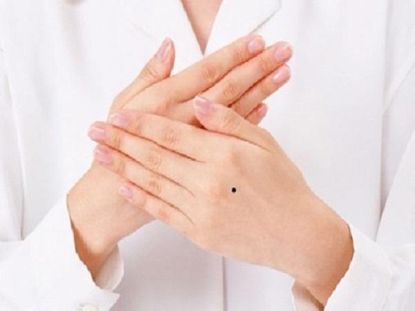 Xem bói nốt ruồi ở tay phải phụ nữ nói lên điều gì?