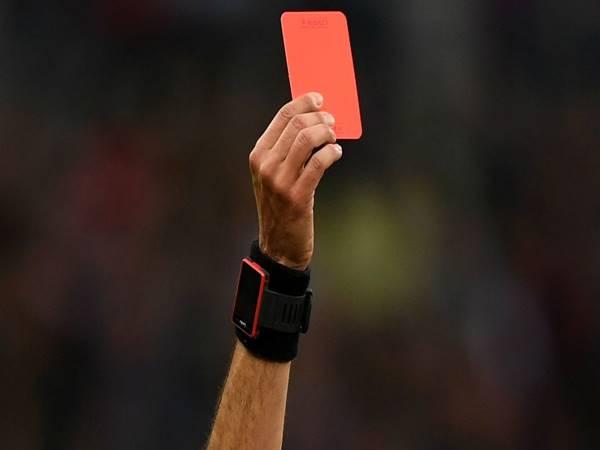 Thẻ đỏ là gì? Khi nào một cầu thủ phải nhận thẻ đỏ